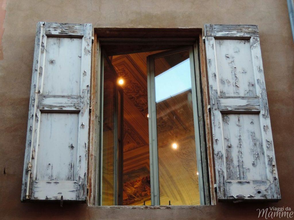 Cosa vedere a Bologna con bambini in due giorni -particolare interno di un palazzo storico-