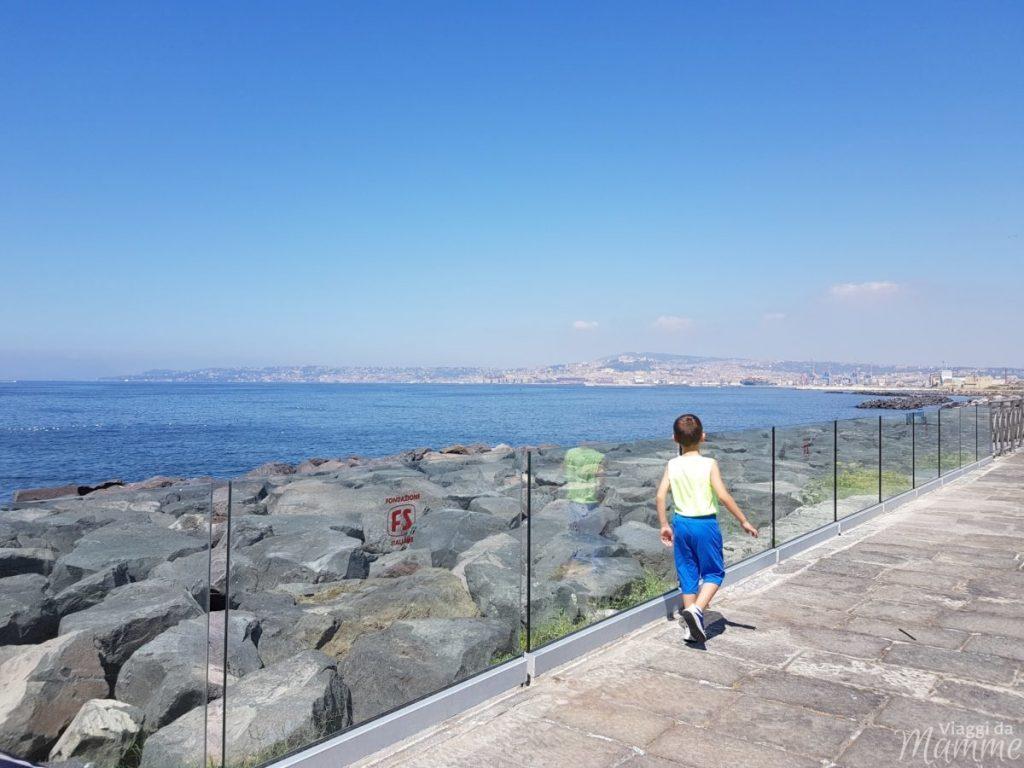Museo Ferroviario di Pietrarsa e la storia del treno -l'affaccio del museo sul Golfo di Napoli-