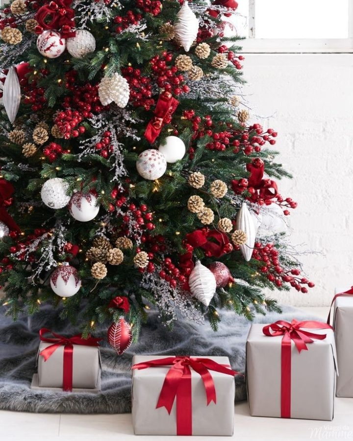 Alberi di Natale addobbati di rosso