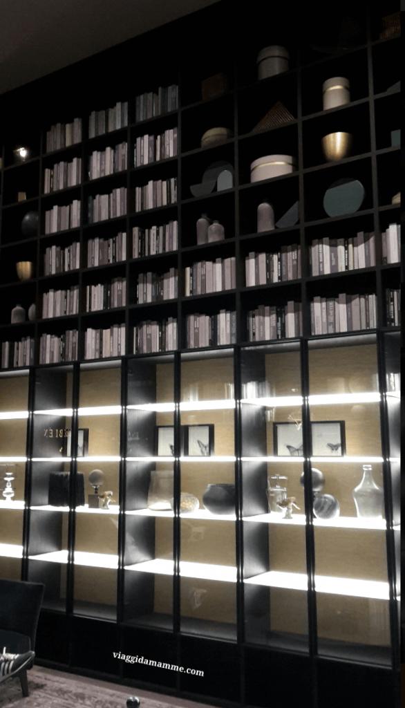 Le novità del Salone del Mobile '16 - libreria Selecta di Lema con carta da parati come fondale