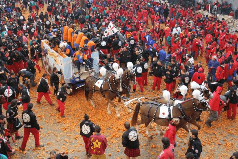Dove festeggiare il Carnevale con i bambini in Italia -Battaglia delle Arance, Ivrea foto presa da Internet-