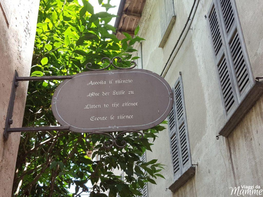 Gita al Lago d'Orta con bambini: Orta e Isola di San Giulio -cartelli lungo il percorso-