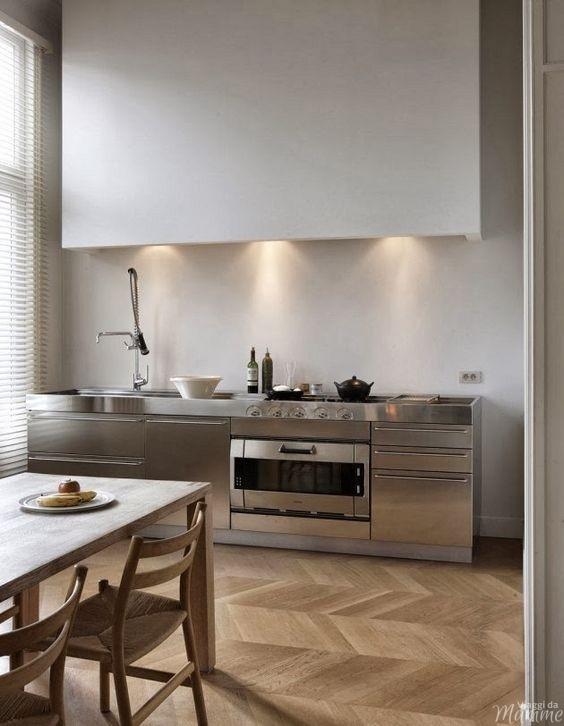 Come scegliere la cucina ideale -cucina con ante e top in acciaio- Fonte Pinterest